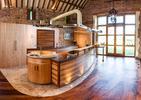 Wnętrze dziwnego domu Tithe Kitchen and Trick Cabinet autorstwa Splinter Works z UK