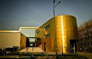 Budynek wrocławskiej PWST błyszczy miedzią